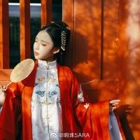 #漢服 #HanFu #HanDynastyClothing | #明珠SARA #爪琊 | #FashionLookBook elegant Summery urban #MingDynasty look - for a transitional warm autumn bold red Palace Walls, Jade whites colours..