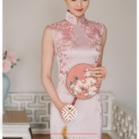 #QIPAO #旗袍 #Cheongsam |#榕缇新中式嫁衣定制 #RongtiDesign #January2021| #FashionLookBook your everyday timeless #TraditionalChineseQipao #Cheongsam prosperity #PinkQipao your individual handcrafted sewn with embroidery golden Mirror Flower Shadow, gorgeous elegant texturing starry Swarovski diamonds with embroidery wishes…..