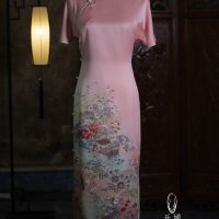 #QIPAO #旗袍 #Cheongsam |#乐婵华服 #LechanHuafu #October2021| #FashionLookBook your everyday timeless #TraditionalChineseQipao #ChengduQipao #Cheongsam #ModernQipoa spring #PinkQipao Chinese Spring Cherry Pavilion blossoms floral embroidery delicate moonlight pearls expressing through everyday #WorkWear shoulder jacket expressingly intelligent femininity sophistication.